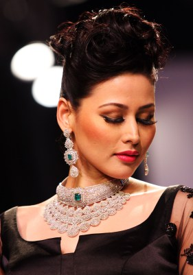 Model Shruti Agarwal mesmirised by Designer Moni Agarwal's Diamond Emerald creation at IIJW 2013_1