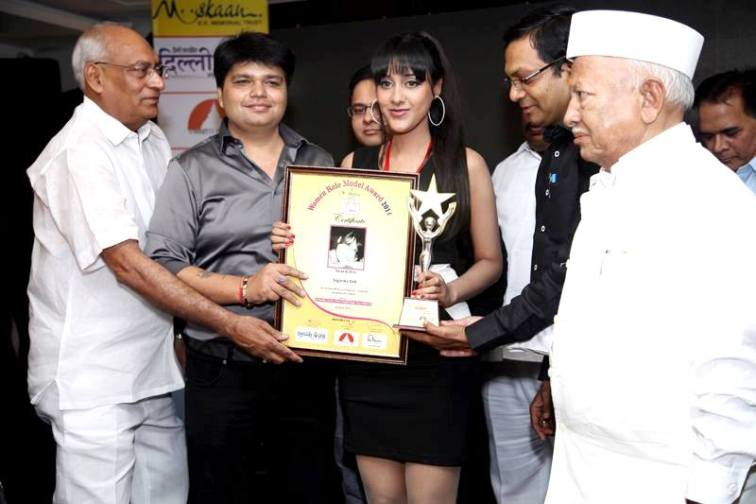 Sagarika receives her trophy and certificate