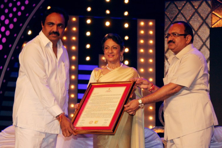 02-Tanujaa Recieving Award