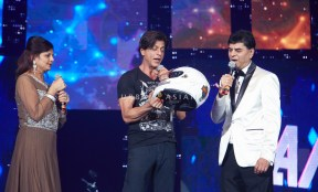 SHAH RUKH KHAN WITH THE COUPLE WHO WON A LUXURY BIKE AT SLAM THE TOUR CHICAGO BN6A6005