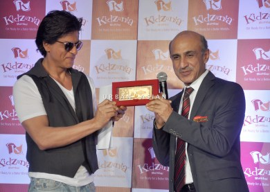 SRK AND SANJEEV KUMAR, DIRECTOR AND CEO OF KIDZANIA INDIA DSC_5900