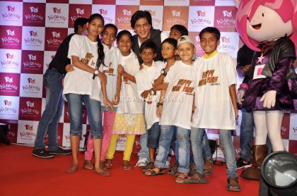SRK WITH THE CHILDREN OF ANGEL XPRESS FOUNDATION AT KIDZANIA DSC_6349