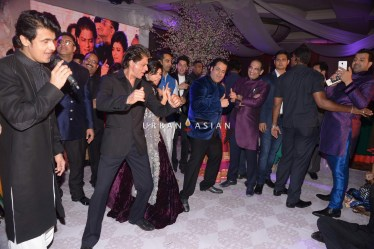 Shahrukh Khan performing with couples