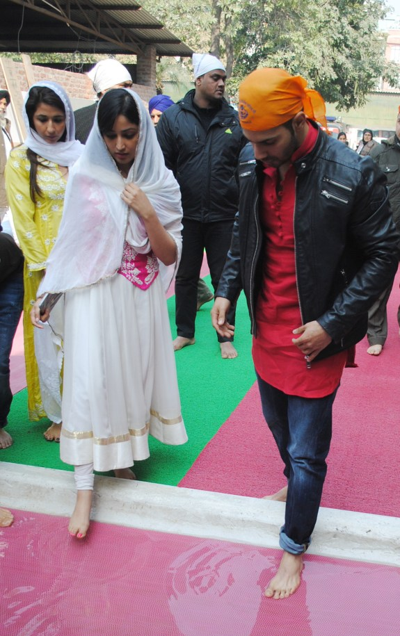 Varun Dhawan and Yami Gautam at Golden Temple(2)