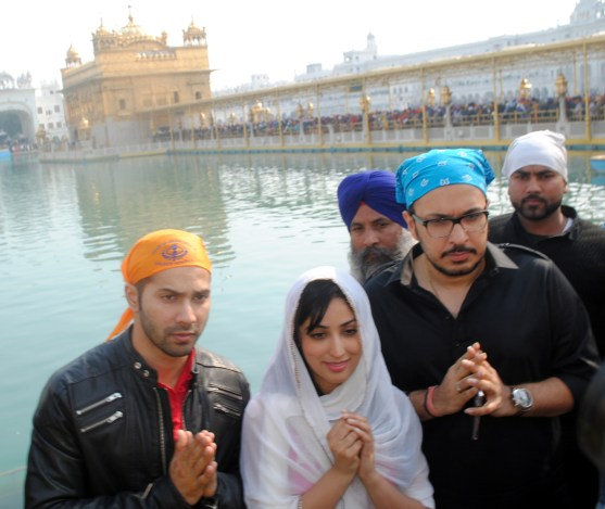Varun Dhawan and Yami Gautam at Golden Temple(3)