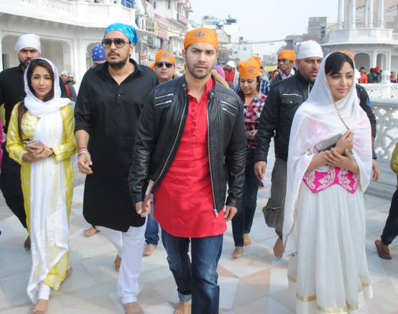 Varun Dhawan and Yami Gautam at Golden Temple(4)