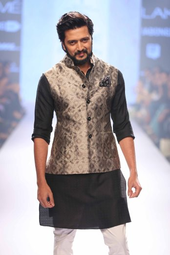 Showstopper Riteish Deshmukh at Lakme Fashion Week SR 15