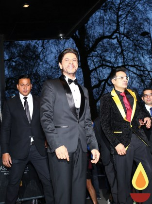 Shah Rukh Khan with Paul Sagoo, Founder Asian Awards at Red Carpet (1)_1