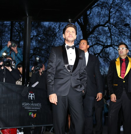 Shah Rukh Khan with Paul Sagoo, Founder Asian Awards at Red Carpet (4)