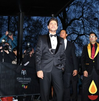 Shah Rukh Khan with Paul Sagoo, Founder Asian Awards at Red Carpet (4)_1
