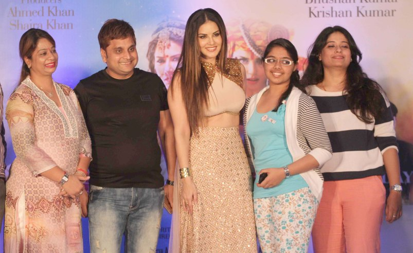 Sunny Leone interacting wiht her fans (2)