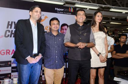 (L-R) Mr. Vipin Bhandari CEO HyperCITY_ Mr. Ravi Saxena, MD Wonderchef_ Chef Sanjeev Kapoor and Supermodel Ujjwala Raut