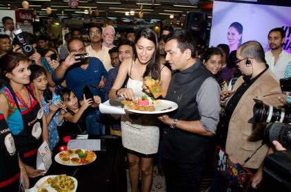 (L-R) Supermodel Ujjwala Raut and Chef Sanjeev Kapoor at HyperCITY HyperChef Challenge Food Tasting Session