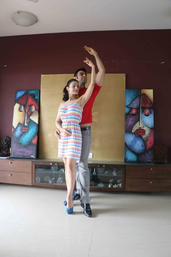 Amisha Patel learns dancing with Sandip!
