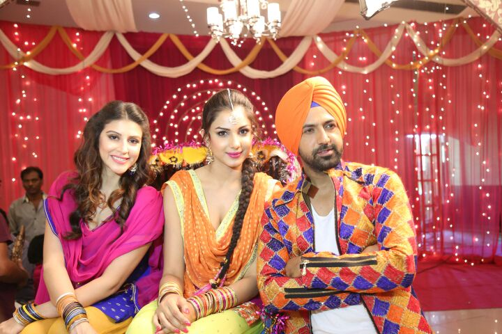 left to right--Karishma kotak, centre monica gill with gippy grewal on sets of kaptaan (1)