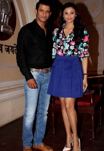 pics-daisy-shah-zarine-khan-sharman-joshi-karan-singh-grover-shoot-for-hate-story-2s-court-scene-5