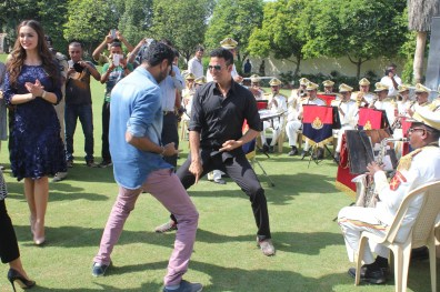 Akshay KUmar with BSF Jawans (3)