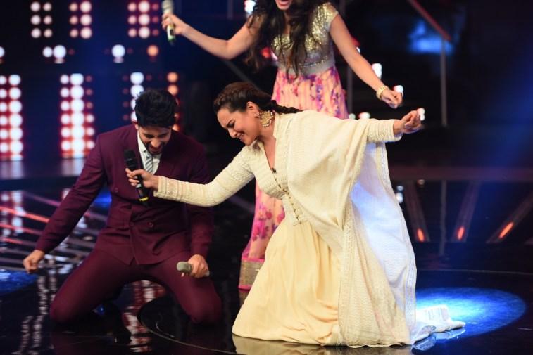 Sonakshi sinha dancing on Chhaiya Chhaiya (3)