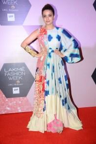 Surveen Chawla muse for Garo by Priyangsu & Sweta at LFW curtain raiser (1)