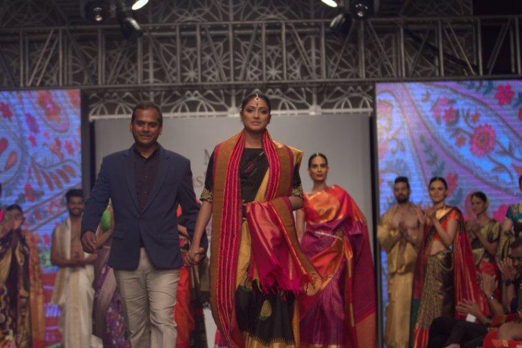 hari-priya-walking-for-vijaylakshmi-silks