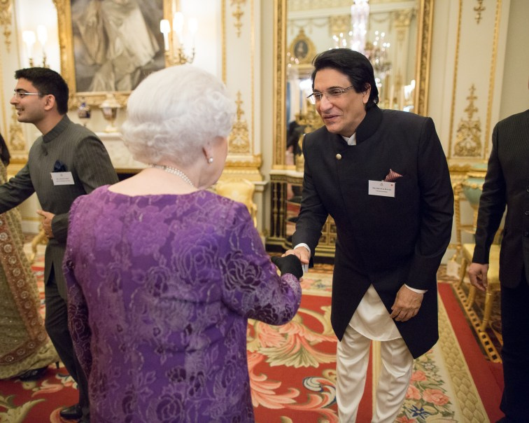 shiamak-davar-meeting-queen-elizabeth-ii-at-the-buckingham-palace-2