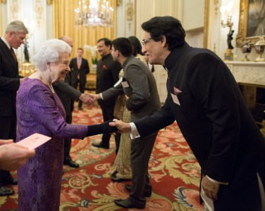 shiamak-davar-meeting-queen-elizabeth-ii-at-the-buckingham-palace-3