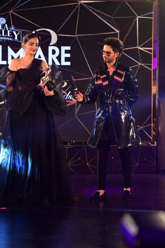 Sonam with Shahid after receiving the award