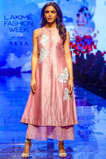 Half Full Curve And Vinnet Rahul Showcased Contrasting Collections At Lakmé Fashion Week