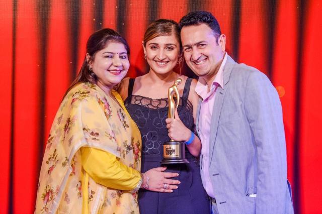 Dhvani Bhanushali bags an award at Mirchi Music Awards 2020 for Vaaste