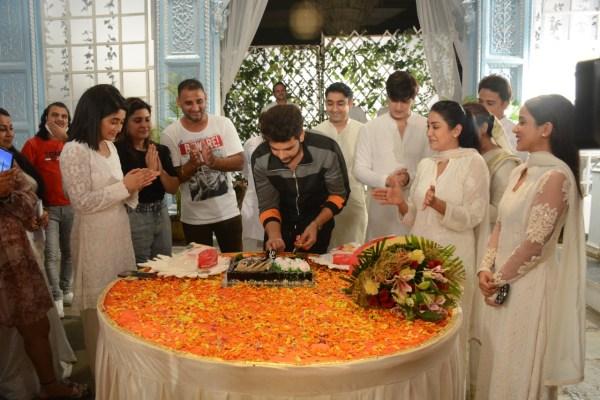 Karan Kundrra bids adieu to 'Yeh Rishta Kya Kehlata Hai', gets a warm farewell