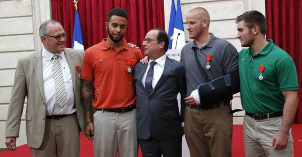 French President Francois Hollande (C) poses with British businessman Chris Norman (L), U.S. student Anthony Sadler (2ndL), U.S. Airman First Class Spencer Stone (2ndR) and U.S. National Guardsman Alek Skarlatos (R) during a ceremony at the Elysee Palace in Paris, France. (REUTERS/MICHEL EULER/POOL)