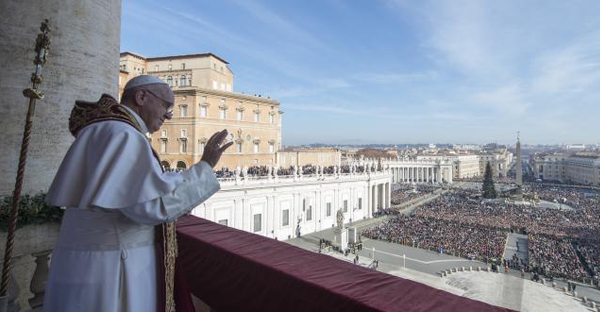 Pope Francis waves during the 'Urbi et Orbi' (to the City and the World) Christmas message from the balcony overlooking St. Peter's Square at the Vatican December 25, 2015. (REUTERS/OSSERVATORE ROMANO/HANDOUT VIA REUTERS)