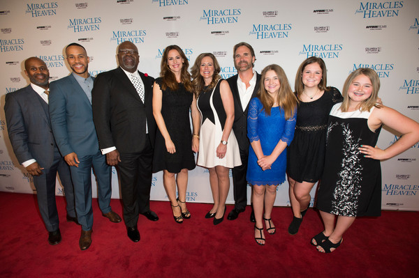 "(L-R) Derrick Williams, DeVon Franklin, T.D. Jakes, Jennifer Garner, Christy Beam, Kevin Beam, Annabel Beam, Abbie Beam and Adelynn Beam pose for a photo on the red carpet for the premiere of ""Miracles From Heaven"" on February 21, 2016 in Dallas, Texas. (Cooper Neill/Getty Images North America)"