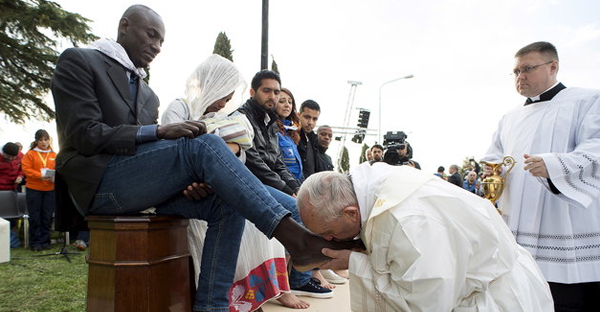 Pope Francis kisses the foot of a refugee during the foot washing ritual at the Castelnuovo di Porto refugees center near Rome, Italy, March 24, 2016. (OSSERVATORE ROMANO / REUTERS)