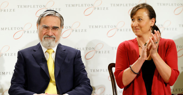 Rabbi Jonathan Sacks was applauded by Jennifer Templeton Simpson of the John Templeton Foundation after winning the organization's 2016 Prize. (Credit: Kirsty Wigglesworth/Associated Press)