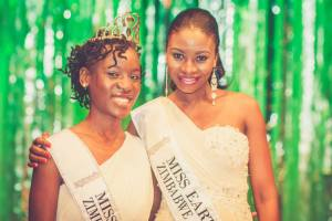 Outgoing Earth Zimbabwe Samantha Dika with our incoming Queen Sandiswe Bhule