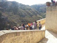 I ragazzi ammirano la vista su Parco della Murgia dalle terrazze del convento delle SS. Lucia e Agata alla Civita.