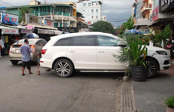Why is the traffic in Phnom Penh so bad?