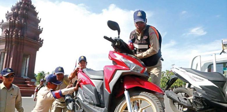 Hun Sen rails against traffic scofflaws, calls for crackdown on offences