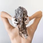 אישה חופפת את השיער