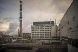 Blick durch das Fenster des Kernkraftwerkes in Tschernobyl