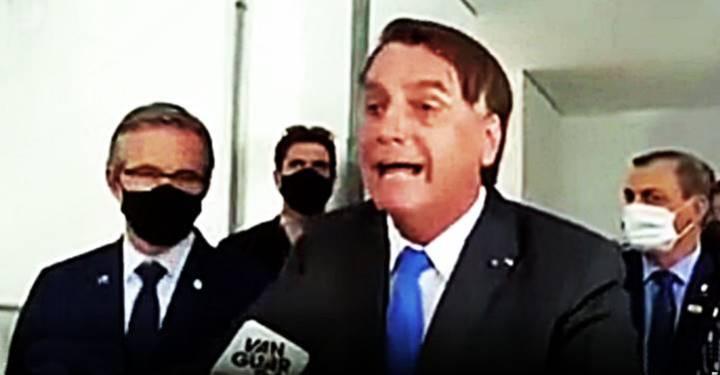 """""""Cala boca!"""", diz Bolsonaro a jornalista. """"Essa Globo é uma M*, devia tomar vergonha na cara"""""""