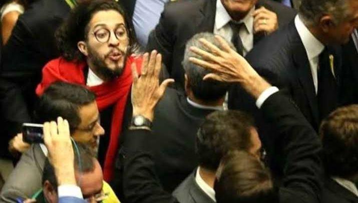 Wyllys diz que cuspiria em Bolsonaro 'de novo' por voto que humilhou Dilma