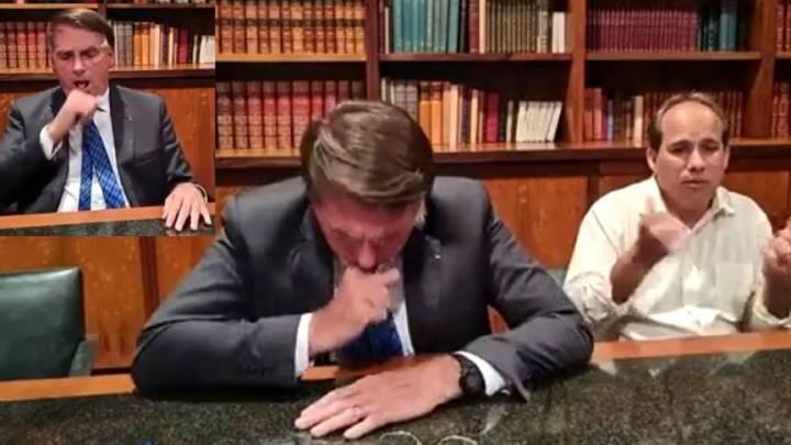 """""""Estou com uma gripe aí"""", diz Bolsonaro tossindo sem máscara ao lado do intérprete de libras"""