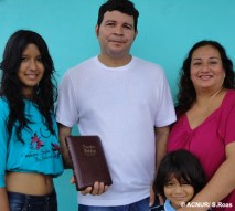 """""""O que tenho de mais precioso é a minha família"""", assegura Jesus (no centro), refugiado colombiano que deixou seu país no ano passado e veio para o Brasil. Embora apenas ele estivesse sendo perseguido, Jesus decidiu trazer sua esposa Lisbeth, a filha Angy e o filho Brayan. """"Minha família é a memória da minha terra natal. Tê-los ao meu lado é o que me mantém vivo"""", diz ele. Sua família também trouxe uma Bíblia, pois frequentam a missa toda semana."""