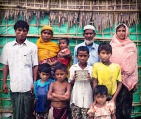 Ambia e o marido, Mahmud, precisaram fugir com os filhos e pais quando a cidade onde viviam, em Mianmar, foi atacada e a casa deles, queimada. O objeto mais importante que puderam carregar foi um pote com folhas de uma noz típica, que têm o hábito de mascar. Eles não sabiam quando comeriam novamente e mastigar as folhas ajudou a família a não definhar de fome
