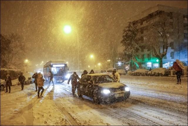 اسپین کو شدید ترین برفانی طوفان نے گھیر لیا، 3 ہلاک، ہزاروں لوگ گاڑیوں میں پھنس گئے 1