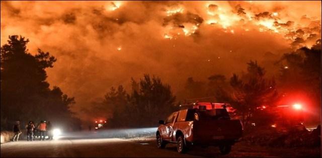 رات کے وقت آسمان سرخ، فضا میں انگارے، شہری خوفزدہ 3