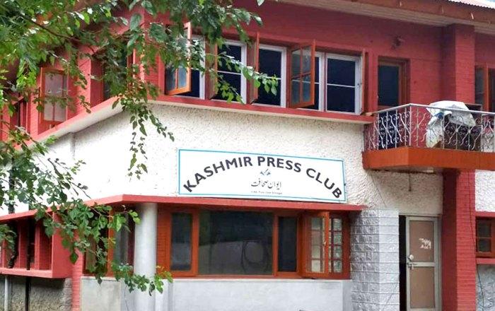 کشمیر: پولنگ کو کور کرنے کے دوران تین صحافیوں کی پولیس کے ہاتھوں پٹائی