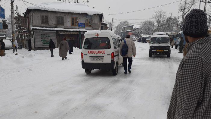 کشمیر: برف باری کے ایک ہفتے بعد بھی کئی بالائی علاقے بجلی و ٹریفک کی سہولیات سے محروم